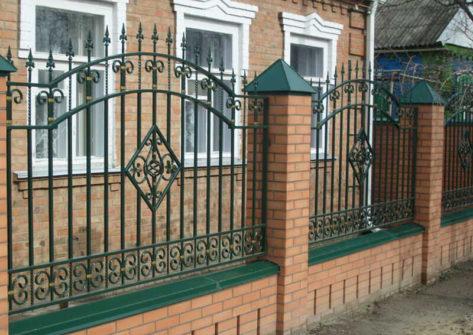 кирпичный забор с ковкой в Ростове-на-Дону